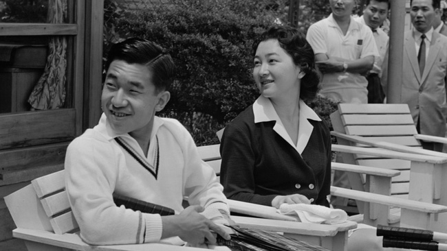 Chuyện tình cổ tích của Nhà Vua Nhật Bản phá bỏ quy tắc Hoàng gia để kết hôn với cô gái thường dân - Ảnh 12.