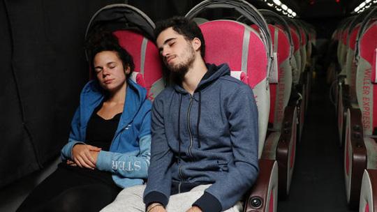 Một cặp đôi người châu Âu nghỉ đêm trên xe buýt. Ảnh: Nikkei
