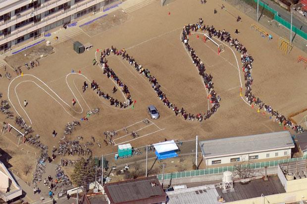 Đám đông xếp hàng chờ thực phẩm sau thảm họa động đất – sóng thần ở Nhật Bản năm 2011.
