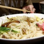 Hàng trăm thực khách xếp hàng để được thưởng thức bát mì trộn lẫn sâu bọ ở Nhật Bản