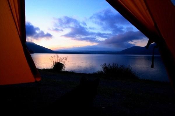 Hồ Motosu ở chân núi Phú Sĩ là một trong những điểm cắm trại nổi bật ở Nhật Ảnh: slowtrip.exblog.jp