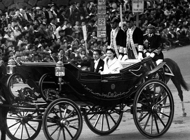 Chuyện tình cổ tích của Nhà Vua Nhật Bản phá bỏ quy tắc Hoàng gia để kết hôn với cô gái thường dân - Ảnh 1.
