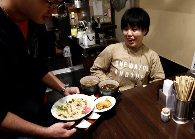 Thực khách đổ xô đi ăn bát mì lúc nhúc sâu ở Nhật Bản